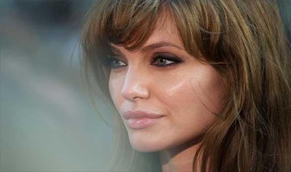 العرب اليوم - أنجلينا جولي تتألق بفستان فضي في مهرجان روما السينمائي