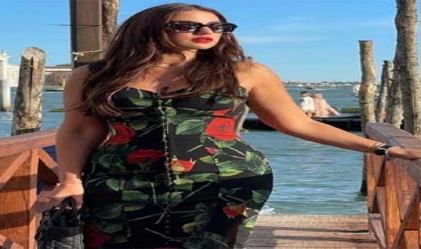العرب اليوم - درة تتألق في إطلالة ساحرة بثوب مدوّن عليه اسمها