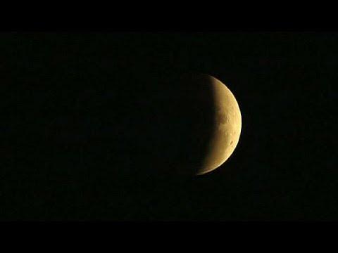 خسوفٌ كليّ للقمر شاهده سكان الأميركتين وأستراليا