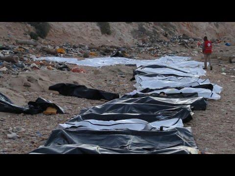 العرب اليوم - شاهد العثور على جثث 74 شخصًا على شاطئ قرب العاصمة الليبية
