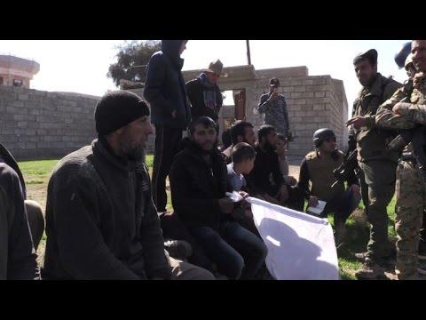 العرب اليوم - شاهد عراقيون يرحبون بالعسكريين الذين يتقدمون باتجاه الموصل