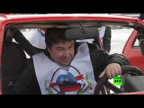 العرب اليوم - شاهد كيرلنغ السيارات في مدينة يكاتيرينبورغ الروسية