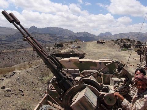 العرب اليوم - بالفيديو قوات الشرعية اليمنية تقصف مواقع الحوثيين في صنعاء