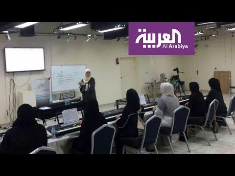 العرب اليوم - شاهد سعودية تثير الجدل بإعطائها دروس لتعليم البنات