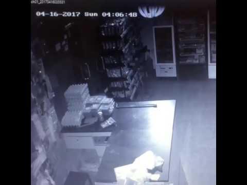 العرب اليوم - شاهد لص يسرق شوكولاتة وبسكويت من محل في جدة