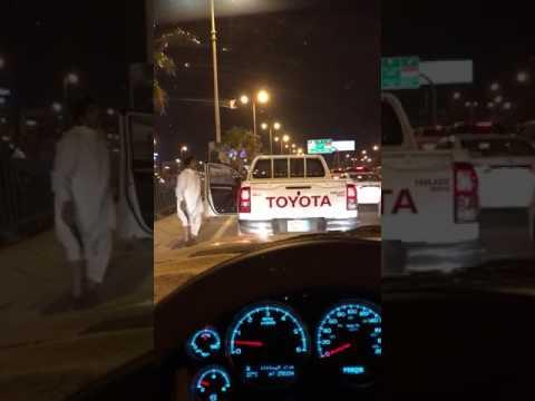 العرب اليوم - شاهد رجل يرقص بـخنجر في منتصف الطريق يثير استياء السعوديين