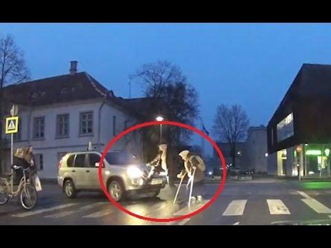العرب اليوم - شاهد محاولة رجل مساعدة امرأة مسنة عبور الطريق انتهت بكارثة