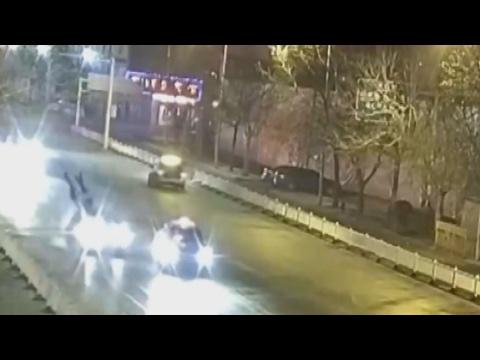 العرب اليوم - شاهد زوجين يتبادلان قبلتهما الأخيرة قبل دهسهما بسيارة
