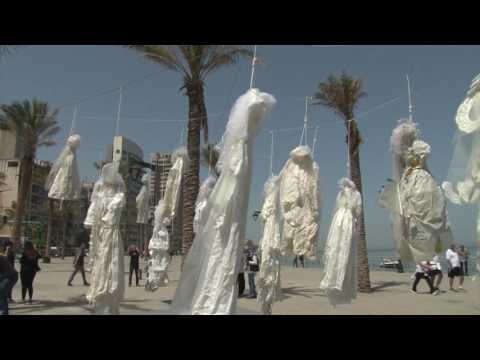 العرب اليوم - شاهد فساتين زفاف مشنوقة في شوارع بيروت اعتراضًا على عقوبة المغتصب