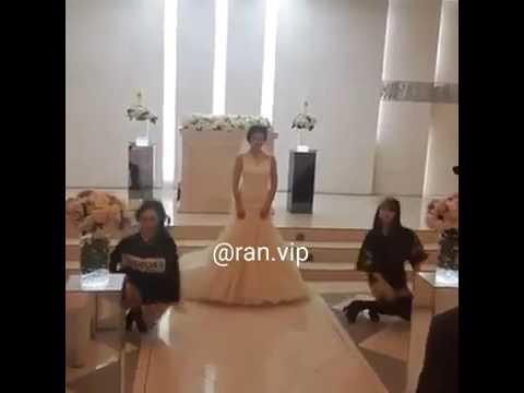 العرب اليوم - بالفيديو عروس مميّزة تشارك صديقتيها في رقصة مذهلة في زفافها