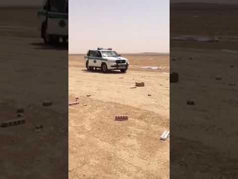 العرب اليوم - لحظة انقلاب سيارة سجائر على الطريق السريع