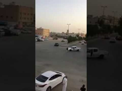 العرب اليوم - شاب ينجو من الموت بأعجوبة بعد سقوطه تحت عجلات سيارته