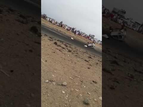 العرب اليوم - شاهد لحظة طيران شابين في الهواء بسبب انقلاب سيارة