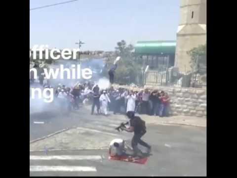 العرب اليوم - شاهد جندي إسرائيلي يركل أحد المصلين في مدينة القدس