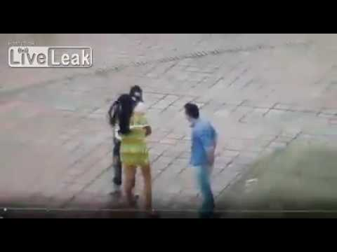 العرب اليوم - شاهد لص يسرق شاب وفتاة