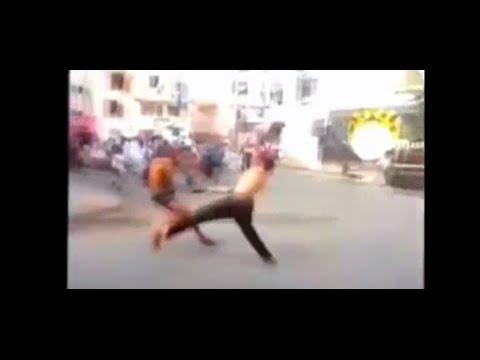 العرب اليوم - شاهد مشاجرة دموية وقتال عنيف بالسيوف في حي شعبي مغربي