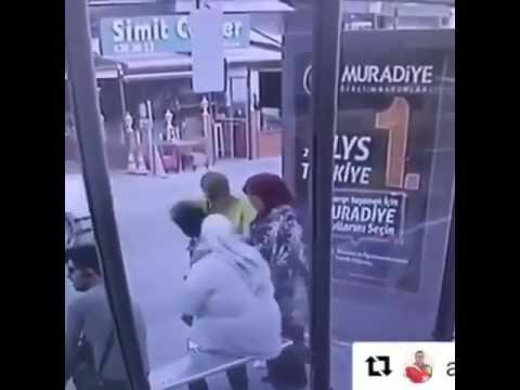 العرب اليوم - شاهد امرأة بدينة تضع صديقتها في موقف محرج بالشارع