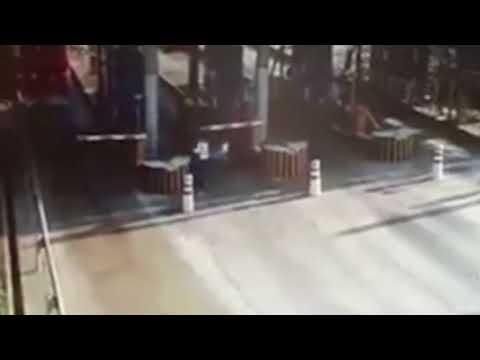 العرب اليوم - شاحنة بنزين مشتعلة تثير رعب عمال بوابة رسوم