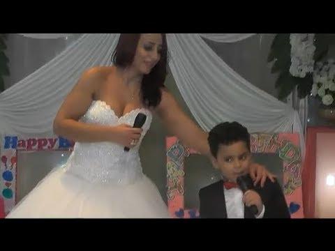 العرب اليوم - شاهد استردت طفلها فارتدت فستان الزفاف وغنت له