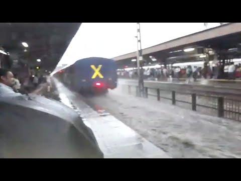العرب اليوم - هروب الركاب لحظة دخول القطار إلى محطة في الهند