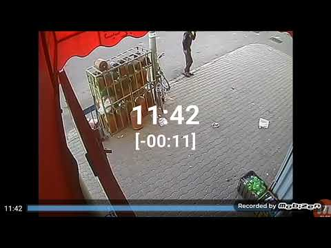 شاهد لحظة سرقة لص دراجة هوائية أمام سوبر ماركت