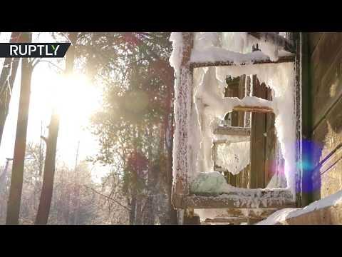 البرد يحول منزلًا مهجورًا في روسيا إلى تحفة فنية