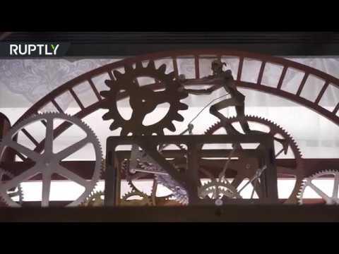 شاهد مهندس بيلاروسي ماهر يصنع ساعات خشبية فريدة
