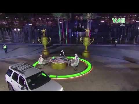 شاهد  لحظة اقتحام امرأة بسيارتها ستوديو قناة إماراتية