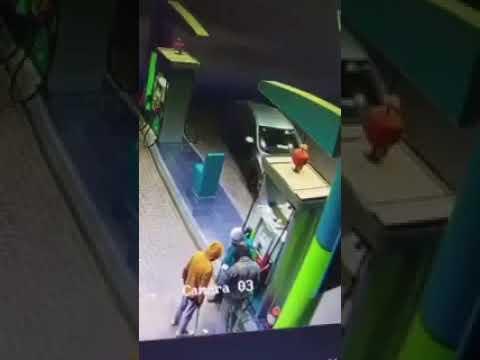لحظة سطو مسلح على محطة وقود في السعودية