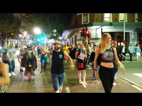 شاهد أحد شوارع اسكتلندا يتحول إلى كرنفال راقص من المارة