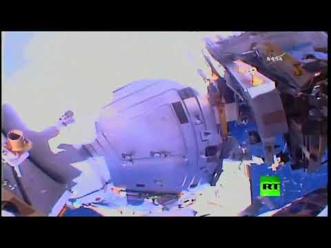 رائدا فضاء يخرجان إلى الفضاء المفتوح