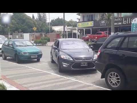 شاهد سائق يبدع في الخروج من بين السيارات