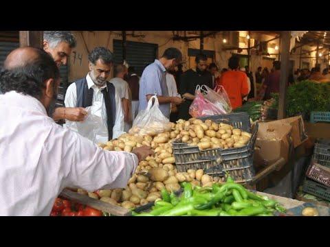 شاهدالليبيون يقبلون على التسوق لشهر رمضان