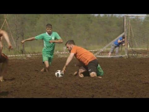 مباراة في ملعب من الوحل