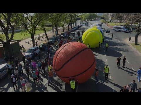 شاهد كرات عملاقة تجول العاصمة الأرجنتينية بمناسبة انطلاق الألعاب الأولمبية للشباب