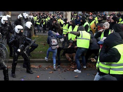 شاهد الشرطة الفرنسية تعتقل عددًا من طلاب المدارس
