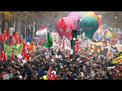 شاهد إضراب واحتجاجات حاشدة ضد خطة إصلاح نظام التقاعد تشل حركة فرنسا