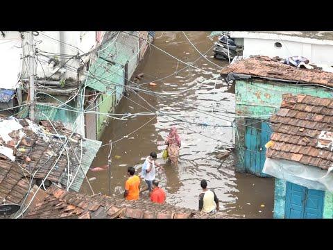 شاهد إعصار أمفان المدمر يغمر شوارع وبيوت الهنود بالمياه