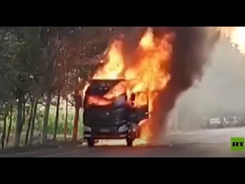 شاهد سائق شاحنة مشتعلة يخاطر بحياته لتفادي وقوع كارثة انفجار