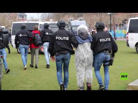 شاهد الشرطة الهولندية تستخدم خراطيم المياه لتفريق المتظاهرين