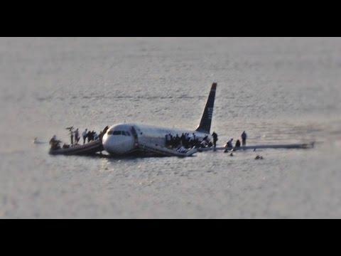 هبوط اضطراري لطائرة مسافرين على شاطئ البحر