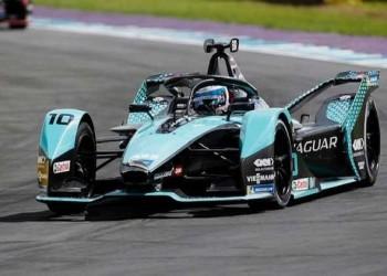بطل العالم لسباقات فورمولا 1 لويس هاميلتون يتعرض لإساءات عنصرية بعد فوزه المثير للجدل على حلبة سيلفرستون
