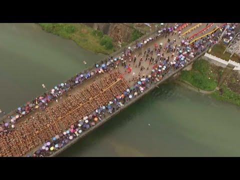 العرب اليوم - بالفيديو 1600 رجل يقودون أكبر قارب تنين في العالم بالصين