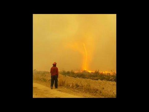 شاهد  إعصار من نار يبتلع خرطوم رجال إطفاء في كندا