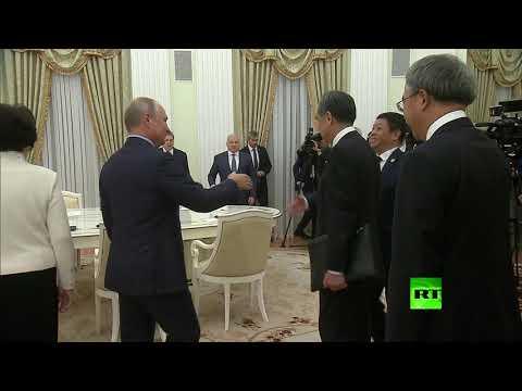 شاهد بوتين يستقبل رئيس الوزراء الصيني في الكرملين