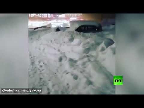 شاهد الثلوج تغمر مدينة روسية بعد أن استمر تساقطها لعدة أيام