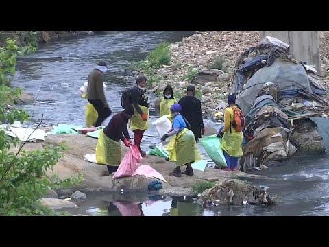 عشرات المتطوعين ينظفون سد نهر التيبر بروما في اليوم العالمي للتنظيف