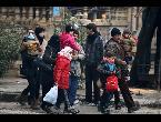 العرب اليوم - بالفيديو القوات الحكومية تحتجز الأهالي على طريق حلب