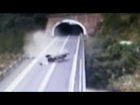 العرب اليوم - سائق يخرج من حادث مروع في الصين
