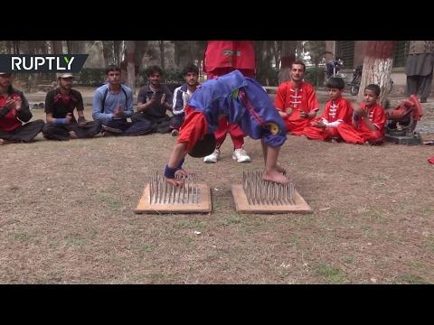 العرب اليوم - شاهد افتتاح مدرسة باكستانية للألعاب الخطرة